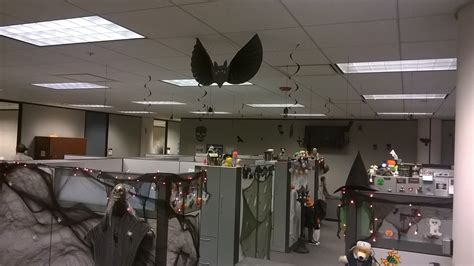 halloween decorating themes office 25 creative office cube halloween decorating ideas
