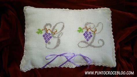lettere ricamate a punto croce cuscino portafedi a puntocroce l arte ricamo
