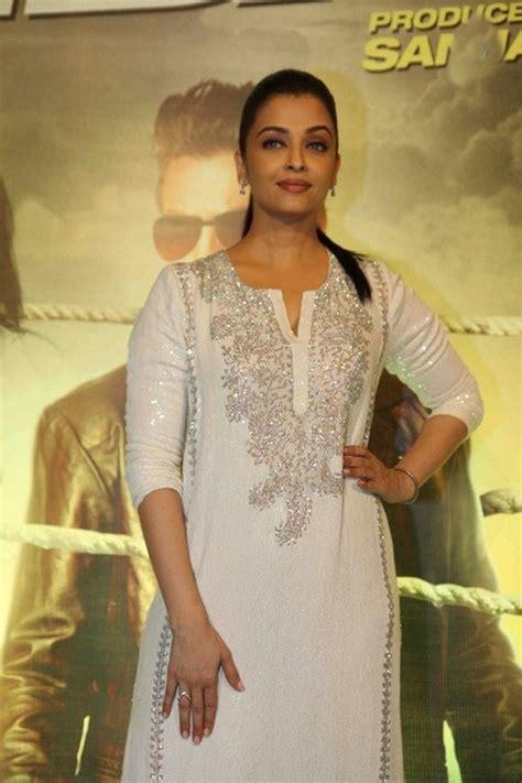 aishwarya rai legs aishwarya rai leg show at jazbaa movie special screening