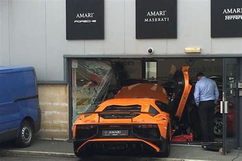 crashed red lamborghini driver crashes 163 150 000 lamborghini into front of luxury