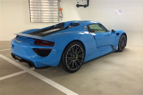 blue porsche spyder blue sets off porsche 918 spyder very nicely carscoops
