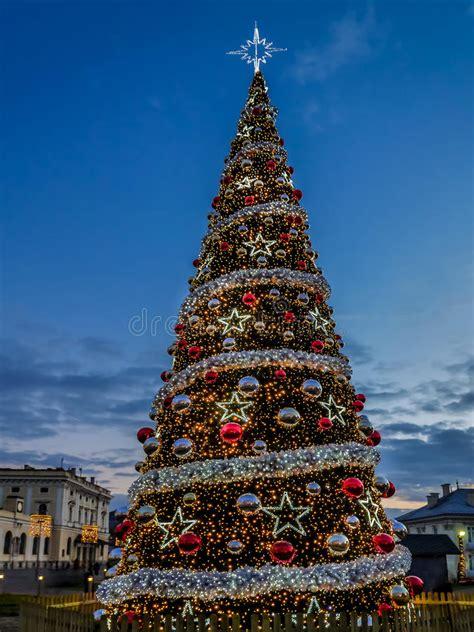 193 rbol de navidad gigante foto de archivo imagen de bolas