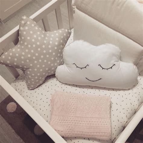 almohadas zara diy cojines en forma de nubes y estrellas manta zara
