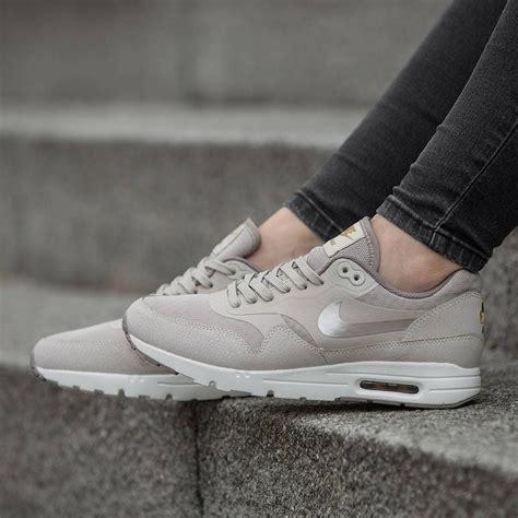 Nike Air Max 1 Essential Damen 221 by Nike Womens Air Max 1 Ultra Essential Shoes