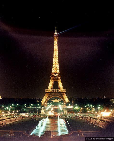 tour eiffel illuminata parigi la tour eiffel illuminata sullo sfondo trocadero