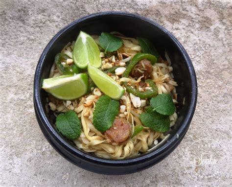 cuisiner la citronnelle wok de nouilles saut 233 es aux saucisses 224 la citronnelle