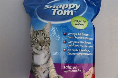 Snappy Tom Salmon With Chicken 1 5kg Makanan Kucing Snappy Tom Salmo wendyl wants to bikkies a cat above wendyl looks into the ingredients of snappy