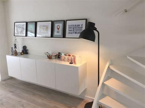 fotolijstjes op plank hangend meubel ikea en staande fotolijsten op plank