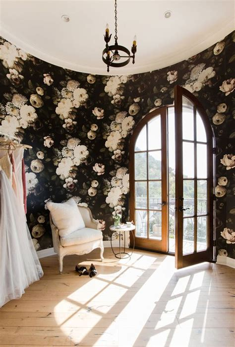 30 stylish ways to use floral wallpaper in your home - Schlafzimmer Dunkel