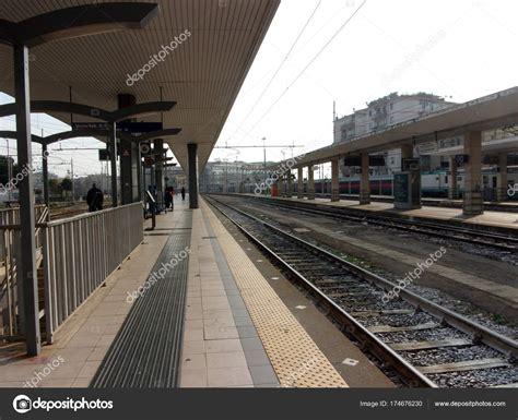 sud salerno stazione ferroviaria salerno sud italia stock photo
