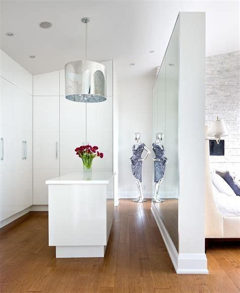 schlafzimmer mit begehbarem kleiderschrank wohnideen schlafzimmer den platz hinterm bett verwerten