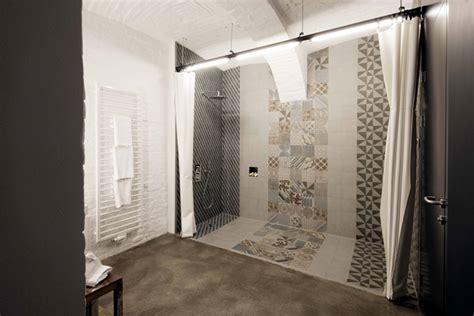 mattonelle per doccia doccia a filo pavimento i vantaggi e le canaline di scarico