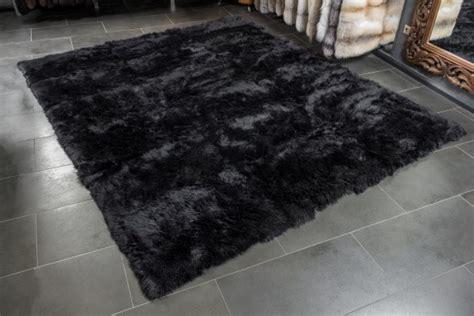 schwarzer fell teppich schwarzer fellteppich aus lammfellen