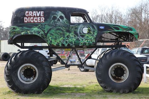 the first grave digger monster truck the story behind grave digger the monster truck everybody
