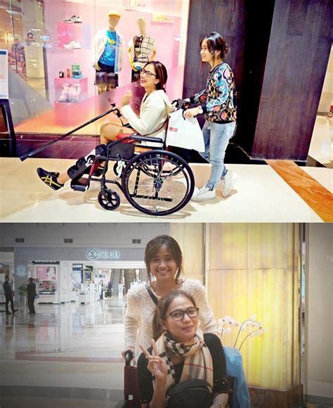 Kinar Creaptunikatasan Wanita duh sedihnya lihat kinaryosih pakai kursi roda ditemani gritte agatha kabar berita artikel