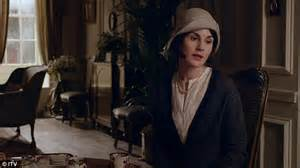 lady mary new haircut lady mary s single again edith adopts her own child and
