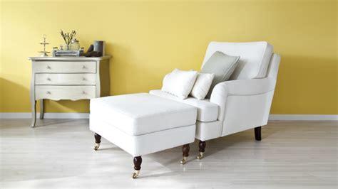 witte woonkamer stoelen straal met een witte stoel licht en warmte uit in huis