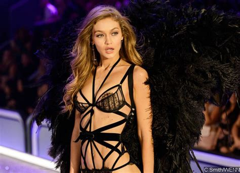 gigi hadid suffers wardrobe malfunction at
