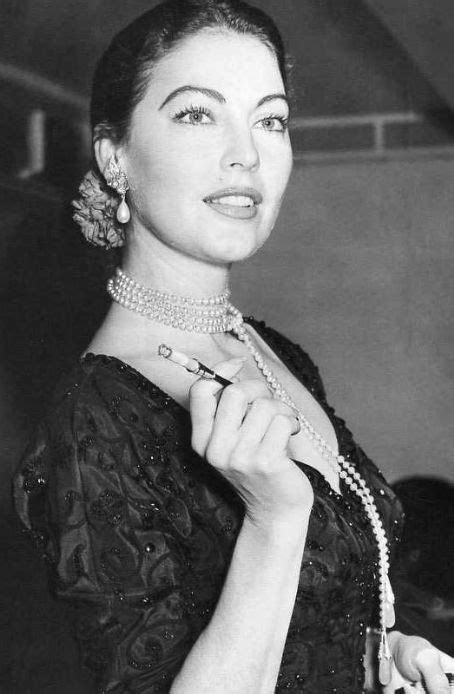 Lisa Papineau: Actresses with pearls jewelry (2)
