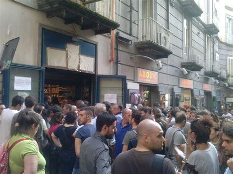 Libreria Alba Napoli - fallimento libreria guida in centinaia alla svendita dei
