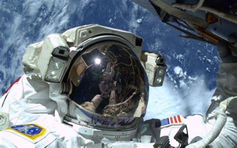 Helm Sepeda Pasifik news teknologi gaya astronot saat selfie di luar angkasa