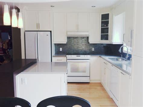 cuisine et comptoir cuisine en bois laqu 233 blanc comptoir de quartz gris et en