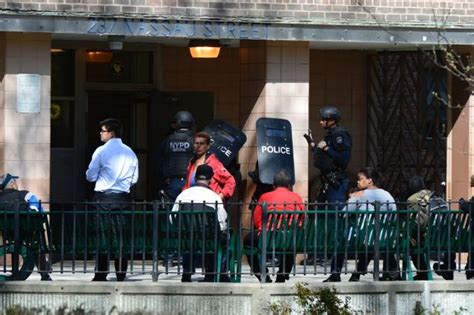farragut houses brooklyn navy yard cop involved shooting injures suspect ny daily news