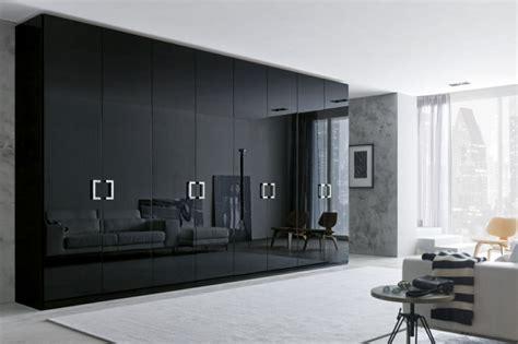 heller teppich schwarzer kleiderschrank verleiht dem schlafzimmer eine