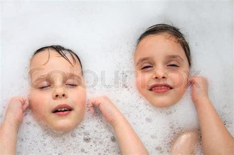 Zwillinge Badewanne by Sch 246 Ne Zwillinge Junge Und M 228 Dchen In Der Badewanne