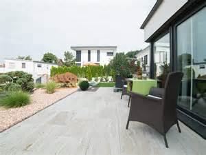 travertin fliesen erfahrungen terrasse mit modernem steingarten und holz 228 hnlichen