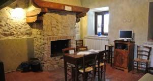 alberghi con camino in rivestimento camino in legno albergo robur marsorum