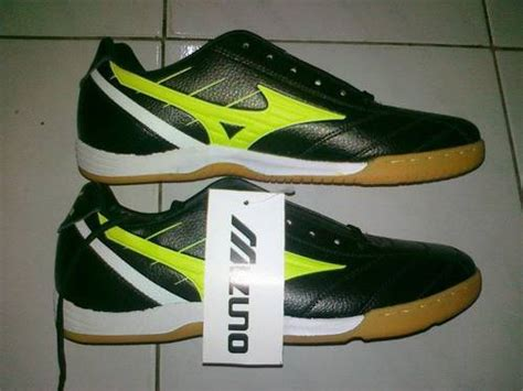 Sepatu Bola Mizuno Hitam Biru dinomarket 174 pasardino sepatu futsal mizuno hitam list ijo