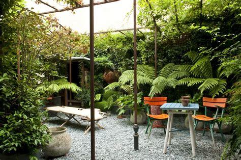 un patio un patio peque 241 o con plantas de sombra
