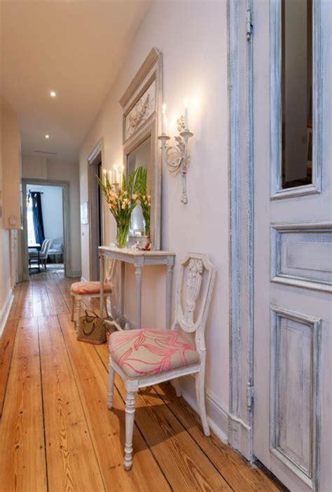 superior Shabby Chic Interior Design #3: stile-di-arredamento-shabby-chic-pavimento-legno-mobili-effetto-conumato-decappati-vaso-fiori-specchio.jpg