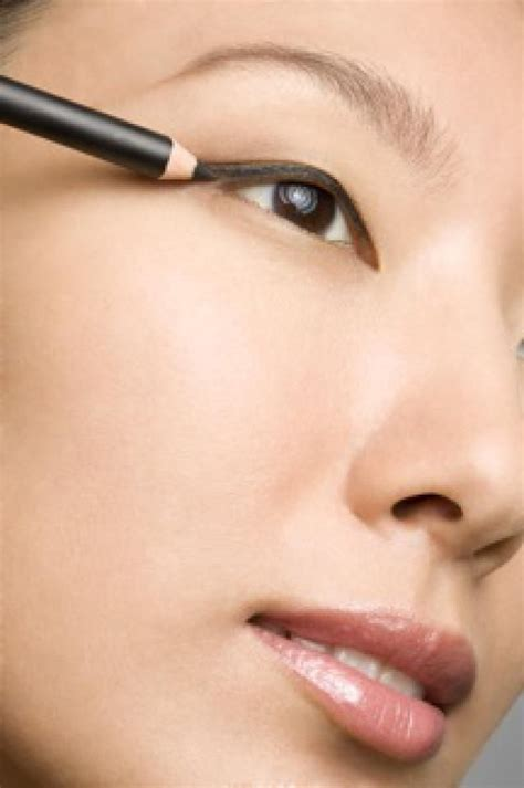 7 Tricks For Applying Eyeliner by Learn How To Apply Pencil Eyeliner With The Easy Tricks