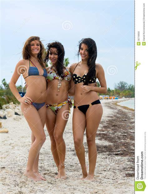 alemana madura τρεις όμορφες γυναίκες στα μπικίνια στοκ εικόνες εικόνα