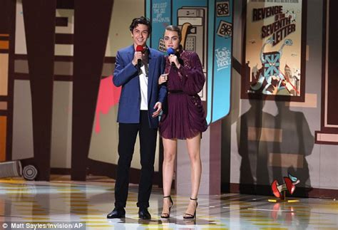 Guess Which Mtv Awards Presenter This Pair Of Stunners Belong To The Great Gam And The Gorgeous Studded Clutch by Shailene Woodley Gives A Peck On The Cheek At