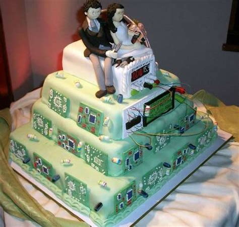 Hochzeitstorte Gamer by Geeky Baked Confections Tech Gear Wedding Cake