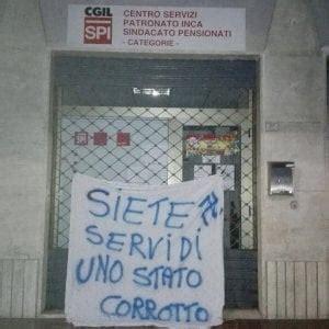 sede cgil roma la spezia scritte neonaziste contro la sede della cgil