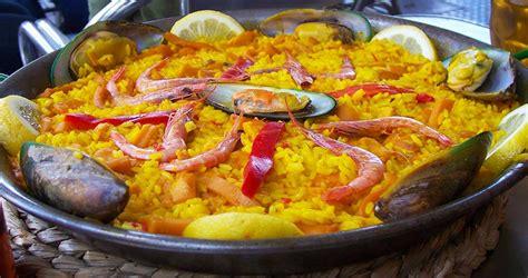 cucinare la paella di pesce cucina spagnola la paella viaggiando nel mondo