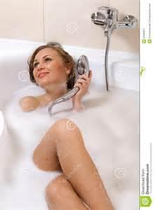 frau in badewanne relaxing in bathtub royalty stock photography