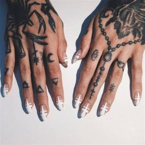 8 zeichen tattoos on fingers