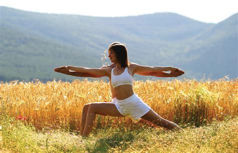 imagenes de yoga para dos fortalece tu v 237 nculo de pareja con estas asanas de yoga