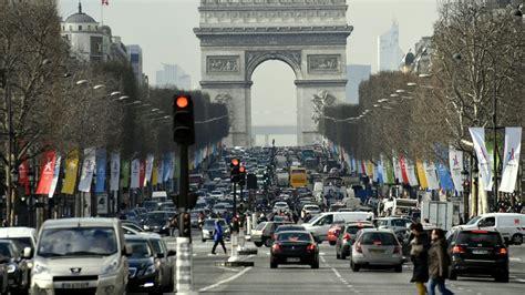 la mairie de paris veut interdire les voitures essences des