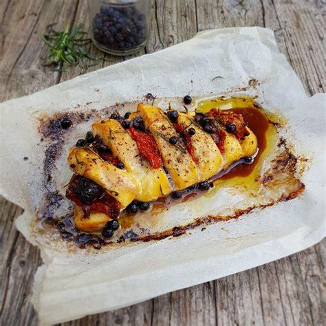cucinare il petto di pollo intero petto di pollo intero al forno con pomodori secchi e olive