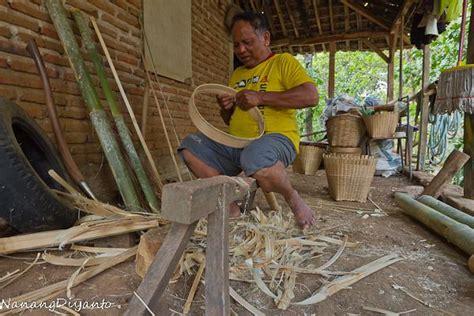 membuat kerajinan anyaman bambu kerajinan anyaman bambu di jaman serba plastik oleh nanang