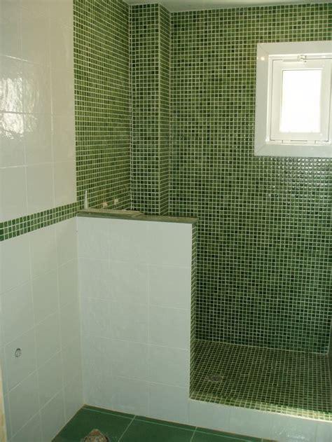 ba241o gresite verde en combinaci243n con azulejo blanco