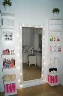 Vanity With Lights Around Mirror Rund Um Den Globus Wir Lieben Es And Zimmer On