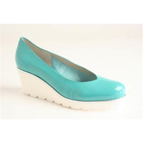 perlato perlato turquoise patent wedge with heeled