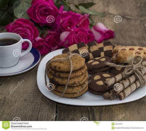 caffe fiori caff 232 fiori rosa e biscotti differenti su un piatto